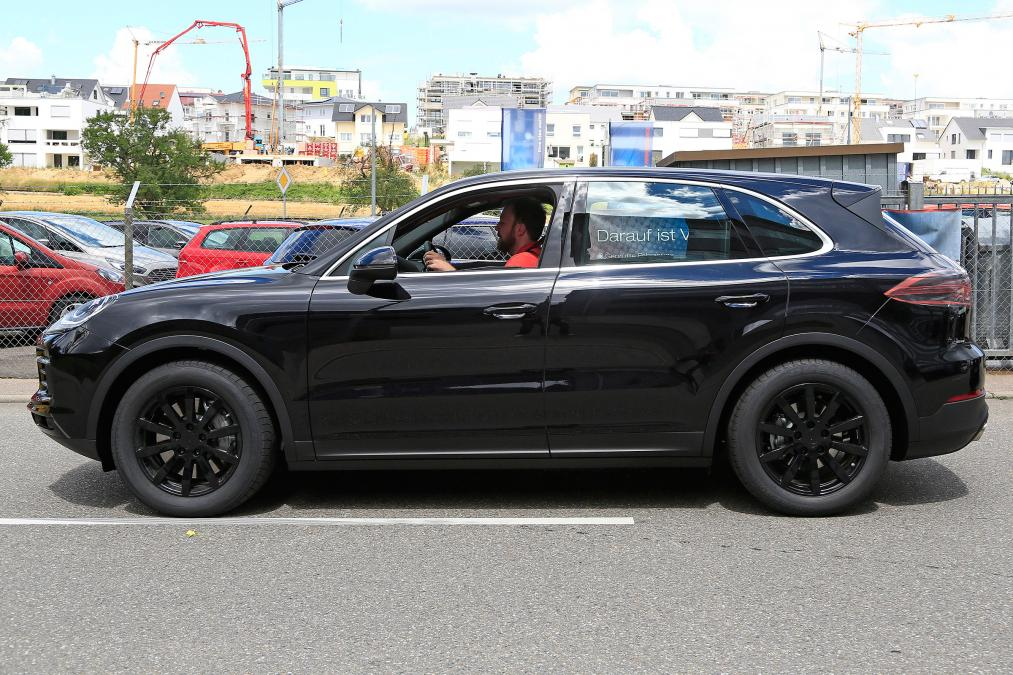фото Porsche Cayenne сбоку