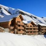 С этих балконов открывается шикарный вид на лыжников спускающихся по заснеженным холмам
