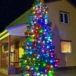 Большая яркая гирлянда на новогодней елке