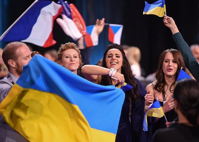 Победительница предыдущего конкурса с флагом страны