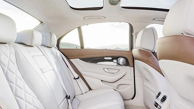 Интерьер салона автомобиля в белой коже