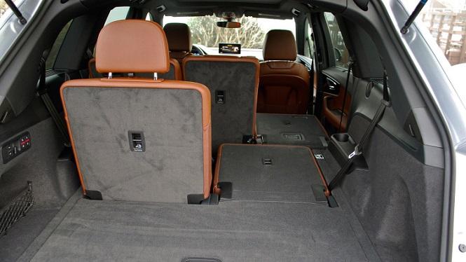 Задний ряд сидений складывается для увеличения багажника