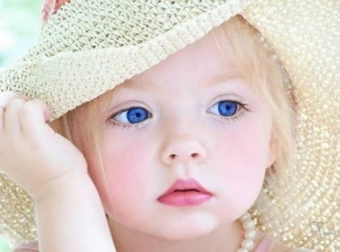 Большие голубые глаза ребенка
