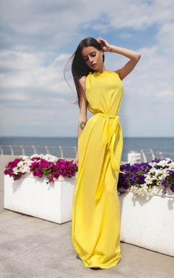 Ярко-желтое на фоне моря