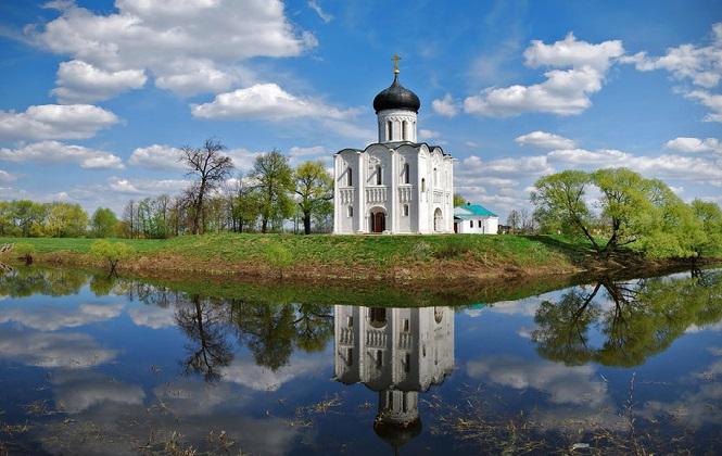 Древняя церковь на берегу реки
