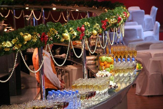 Каждому гость бокал шампанского в подарок