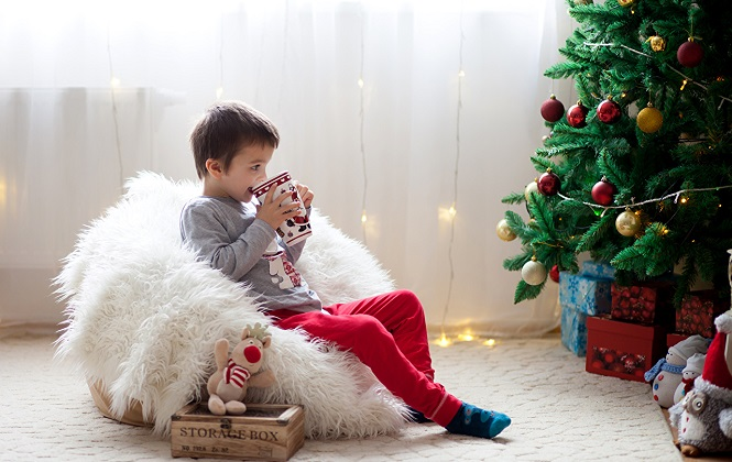 Мальчик ожидает подарка в новогоднюю ночь