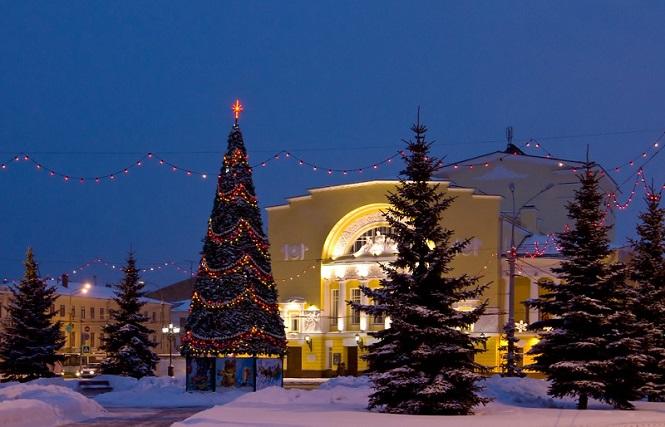 Новогодняя елка возле центрального вокзала