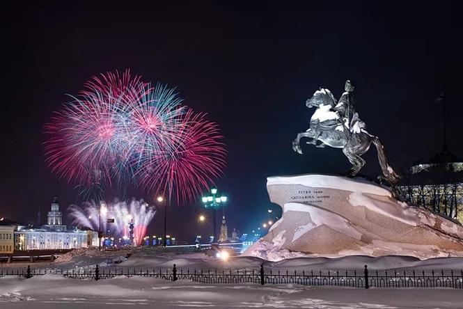 Памятник на центральной площади города с отличным видом на салют