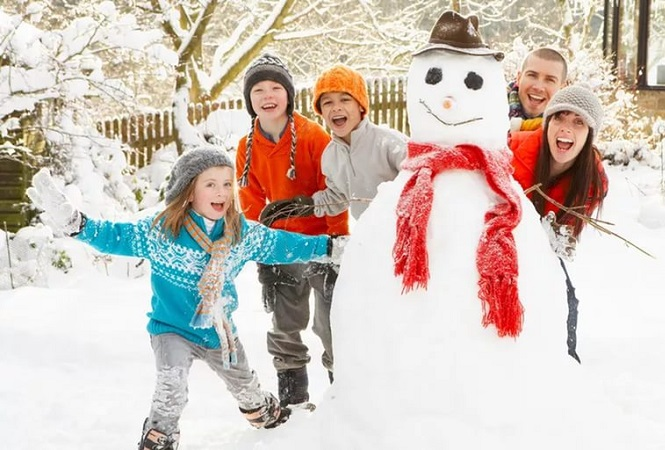 Снеговик во дворе дома большой семьи