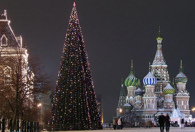 Традиционная большая украшенная елка в столице