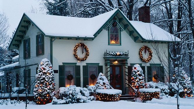 Украшенная по новогоднему дача вблизи